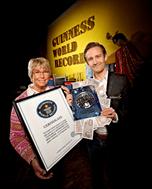 Adm. dir. for Guinness World Record i Danmark, Tina Lundh-Larsen, overrækker rekord-diplom til Peter Christian Noer