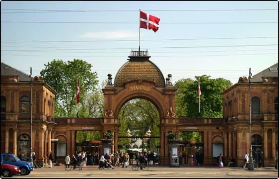 Tivolicasino.dk ejes af Tivoli A/S, som også ejer forlystelseshaven Tivoli i Københavns centrum.